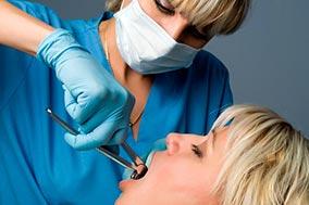 Удаление зубов проводит стоматолог-хирург.