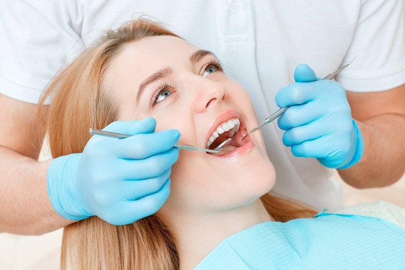 Экспресс-имплантация возможна не во всех случаях. Имплантолог сначала осматривает полость рта и определяет готовность к имплантации.
